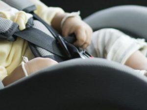 Bologna, lascia il figlio di un anno in auto per andare a iscriverlo al nido: denunciato