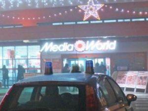 Ferrara, lasciano il figlio di 3 anni in auto e vanno da Mediaworld: denunciati
