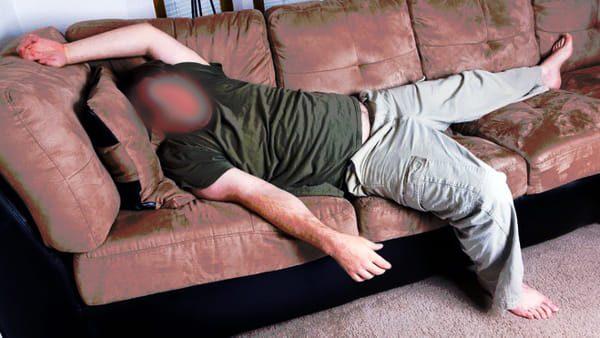 Entra nelle case altrui e si addormenta sul divano denunciato per violazione di domicilio - Dormire sul divano ...
