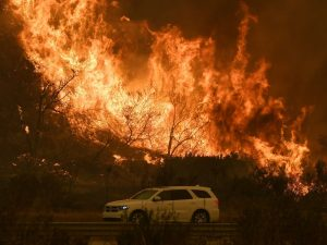 California, incendio anche a Los Angeles: evacuato Bel Air, a rischio il centro Getty