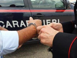 Firenze, paura in strada: accoltella la ex al volto e fugge: preso dopo caccia all'uomo