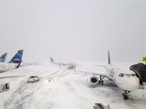 New York: neve negli aeroporti, annullati voli anche per l'Italia