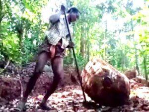 Pap Nayak, eroe in India: scava a mano la strada per far andare i figli a scuola