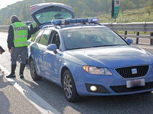 Contromano in autostrada: si schianta contro volante che cercava di fermarlo, agenti feriti