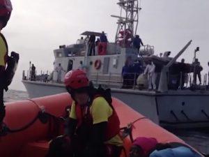 """I libici minacciano l'ong durante il salvataggio in mare: """"D"""