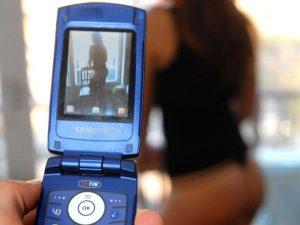 Sul telefono trova 200 foto hard della figlia 13enne: padre