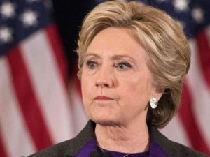Incidente per Hillary Clinton: scivola nella vasca da bagno e si rompe un polso
