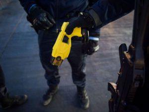 Ci mancava il Taser: un'arma pericolosa e dannosa, che in No