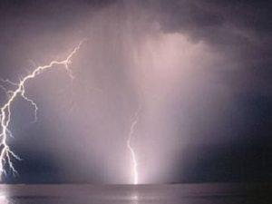 Piombino, folgorato da fulmine mentre è in spiaggia: 48enne