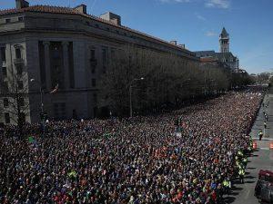 Usa, mare di studenti sfila contro le armi. Clooney e Amal: