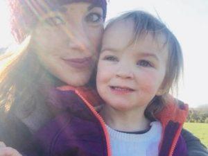 La mamma dimentica il freno a mano, l'auto finisce nel fiume: muore la figlia di 2 anni