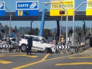 L'auto non centra il casello e si incastra tra i guard rail