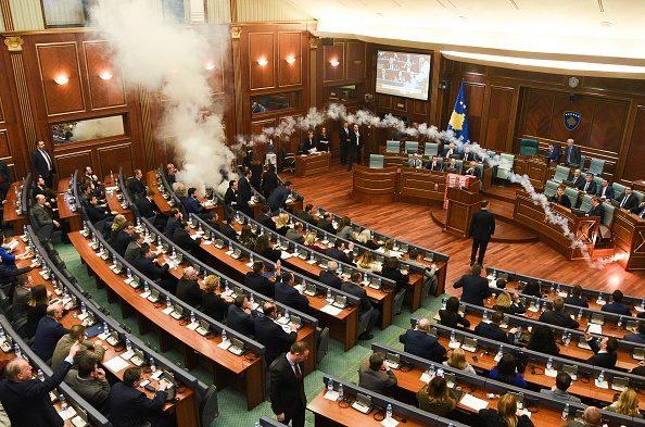 Kosovo, lacrimogeni in parlamento durante ratifica trattato