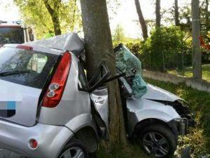 Perde il controllo dell'auto e si accartoccia contro tronco dell'albero: morto 20enne