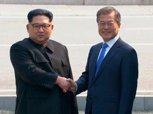 """Storico summit tra le Coree, Kim stringe la mano a Moon: """"Un"""