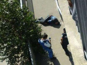 Tenta di scippare una donna, passanti lo fermano e lo uccidono gettandolo dal ponte