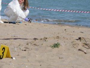 Catania, cadavere seminudo di una donna trovato su un mucchi