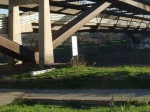 Mistero a Firenze, sulla pista ciclabile uomo con gambe spez
