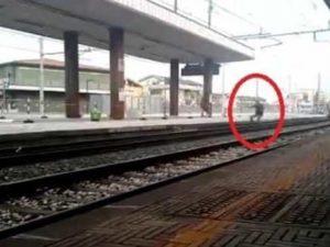 Si lancia sotto il treno in corsa ma ne esce illeso, denunci