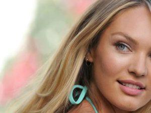 Crede che la sua fidanzata sia la top model Candice Swanepoel, invece è una 50enne di Macerata