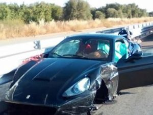 Bari, con la Ferrari si schianta contro autocarro: muore 73enne al volante