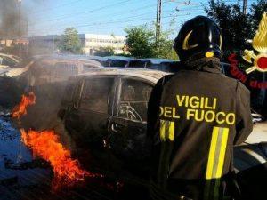 Brucia il parcheggio delle Poste, auto e motorini distrutti: