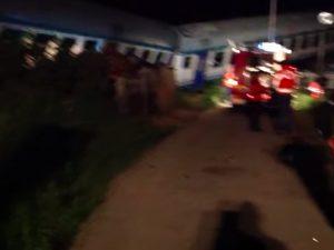 Treno travolge camion sui binari e deraglia: un morto e dive