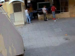Palermo, spaccio di eroina davanti ai bimbi che giocano: una