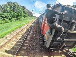 """Fanno """"train surfing"""" aggrappandosi alle carrozze del treno:"""