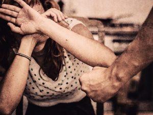 Macerata, lancia acido contro la moglie e poi la accoltella