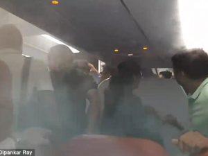 Passeggeri si rifiutano di uscire dall'aereo: bombardati con