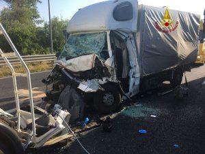 Inferno in autostrada: furgone contro autocisterna, un morto