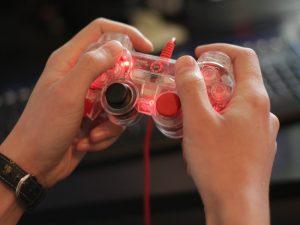 Non va in bagno per giocare al videogame: bimbo di 10 anni o