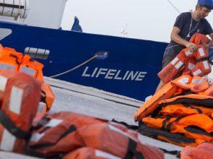 """Migranti, Lifeline a Salvini: """"Vieni qui, non abbiamo a bord"""