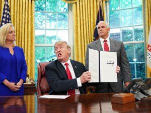 Trump firma il decreto per riunire le famiglie di migranti: