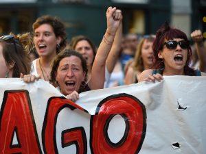 """Stuprarono 18enne alla festa di San Fermin: liberi con 6mila euro i 5 uomini del """"branco"""""""