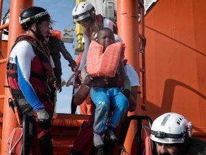 """Migranti, l'appello alla Guardia Costiera: """"Continui a salva"""
