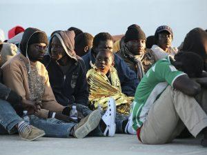 """Migranti, Amnesty attacca il governo italiano: """"Gestione rep"""