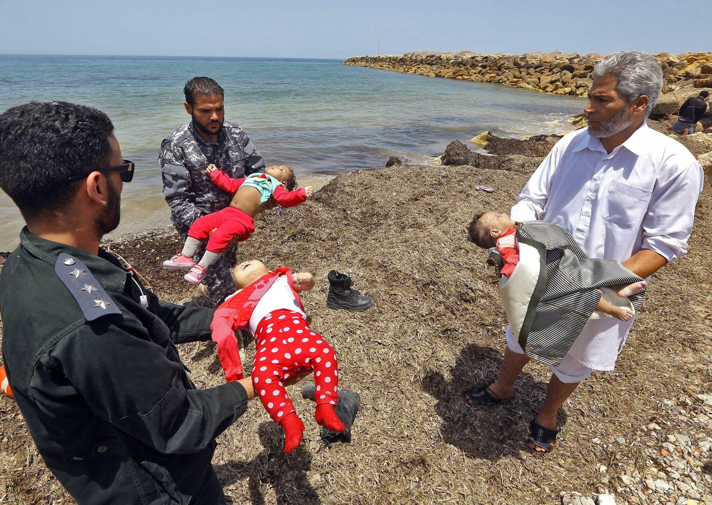 I bambini morti nel naufragio in libia? bambolotti una messinscena