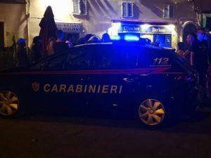 Paura a Pisa, maxirissa di notte in centro: aggredito commer