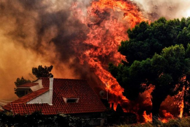Grecia, emergenza incendi: oltre 50 i morti e migliaia gli sfollati