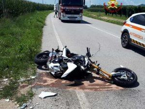 Incidente stradale a Treviso, sfiora una moto e cade: muore