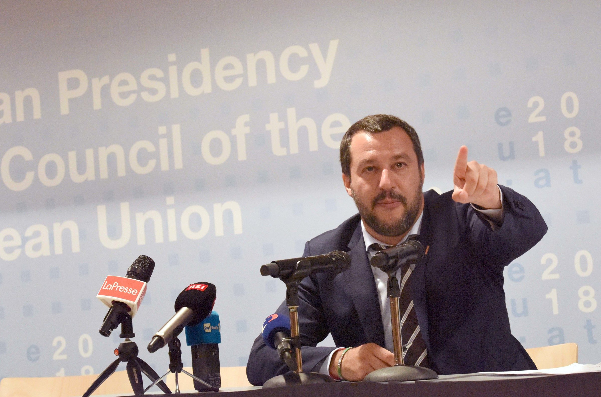 Migranti mozione di sfiducia contro matteo salvini oltre for Quanti deputati e senatori