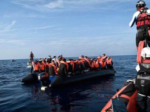 Migranti, motovedette italiane soccorrono barcone con 66 per