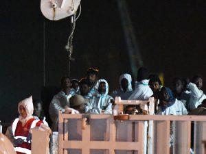 Nave Diciotti sbarca al porto di Trapani con i 67 migranti
