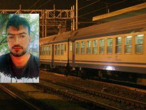 Attraversa i binari    non sente la sirena    travolto dal treno mentre saluta il fratello