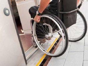 Offende ragazzo disabile sul treno ma poi chiede scusa, la s