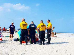 Prende il sole in spiaggia, trafitta all'improvviso da un ombrellone: 67enne grave in ospedale