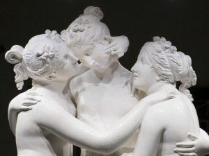 """Il magnifico gruppo scultoreo delle """"Tre Grazie"""", realizzato da Canova fra il 1812 e il 1817 e conservato presso l'Hermitage di San Pietroburgo."""