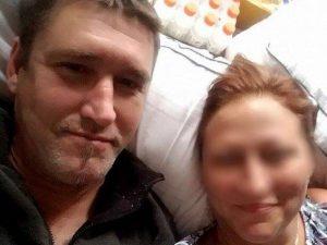 Il compagno prova a strangolarla ma è salvata dai suoi figli |  lo uccidono con un colpo di